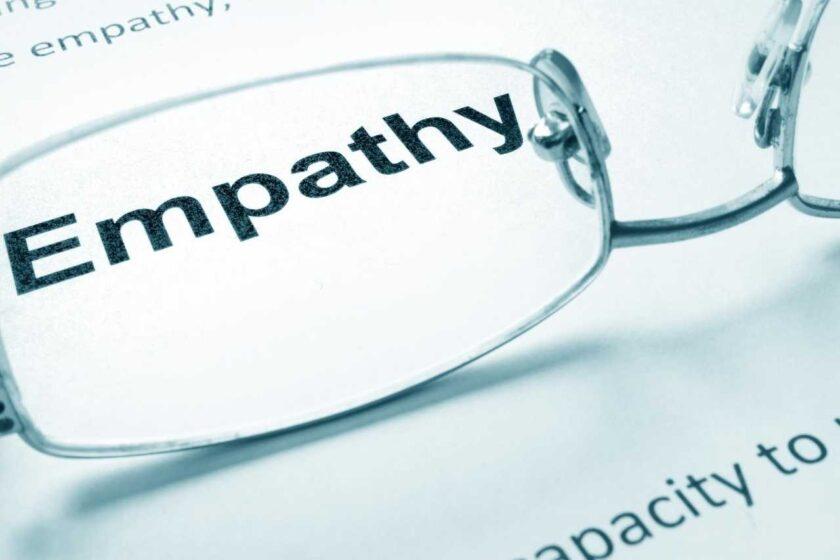 wyraz empatia powiekszone w szkle okularow